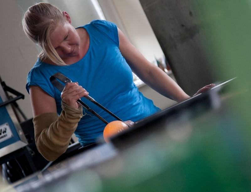 Elin at work on glass in her studio: © copyright photo by Tina Norris
