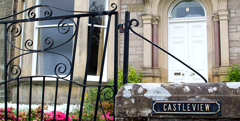 Castleview - Sleeps 16 people, Freeview TV, Free WIFI, Private Parking (4 cars)