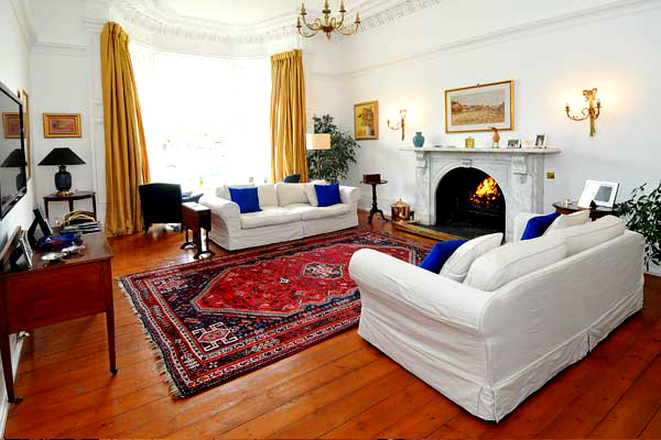 LOUNGE WITH OPEN FIRE