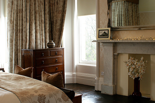 Lie in bed in the  master bedroom and look over the views to Stirling Castle and the Old Town skyline!