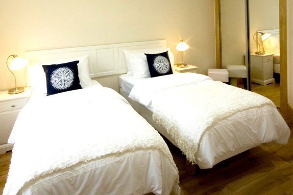 DOWNSTAIRS BEDROOM: 2 SINGLE BEDS OR ZIPPED AND LINKED TO FORM A SUPER-KING SIZE